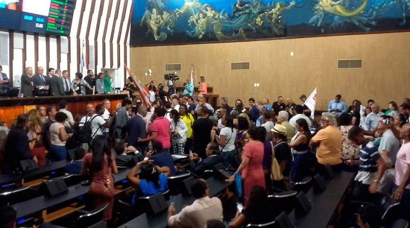 Servidores do estado ocupam Assembleia Legislativa