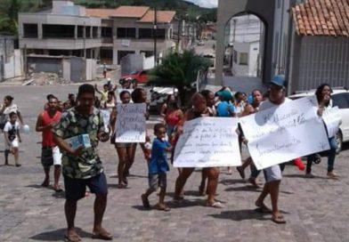 Pais e alunos protestam contra fechamento de 2 escolas em Itagimirim