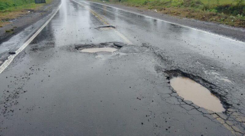 Motorista cuidado! Imensos buracos na BR 367 causam prejuízo, além do risco de acidente e assalto