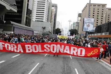 Brasil chega a 500 mil mortos por covid. Oposição protesta nas ruas
