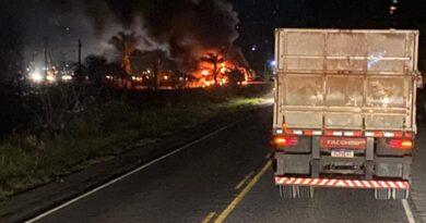 4 garis e 1 motorista morrem carbonizados na BR 367 após colisão frontal de 2 caminhões